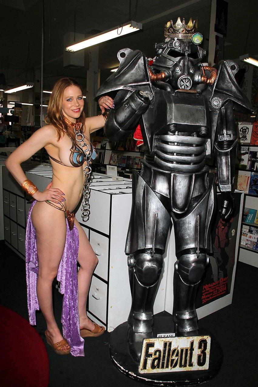 cosplay féminin très sexy de leia à coté d'une statue de Fall out 3