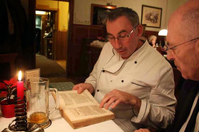 Roland Essl vom Weiserhof zeigt uns 200 Jahre alte Kochbücher © Copyright Monika Fuchs, TravelWorldOnline