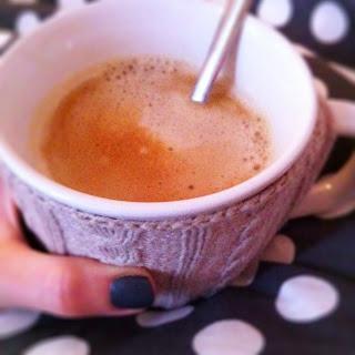 Cozy Kaffeebecher im Bett