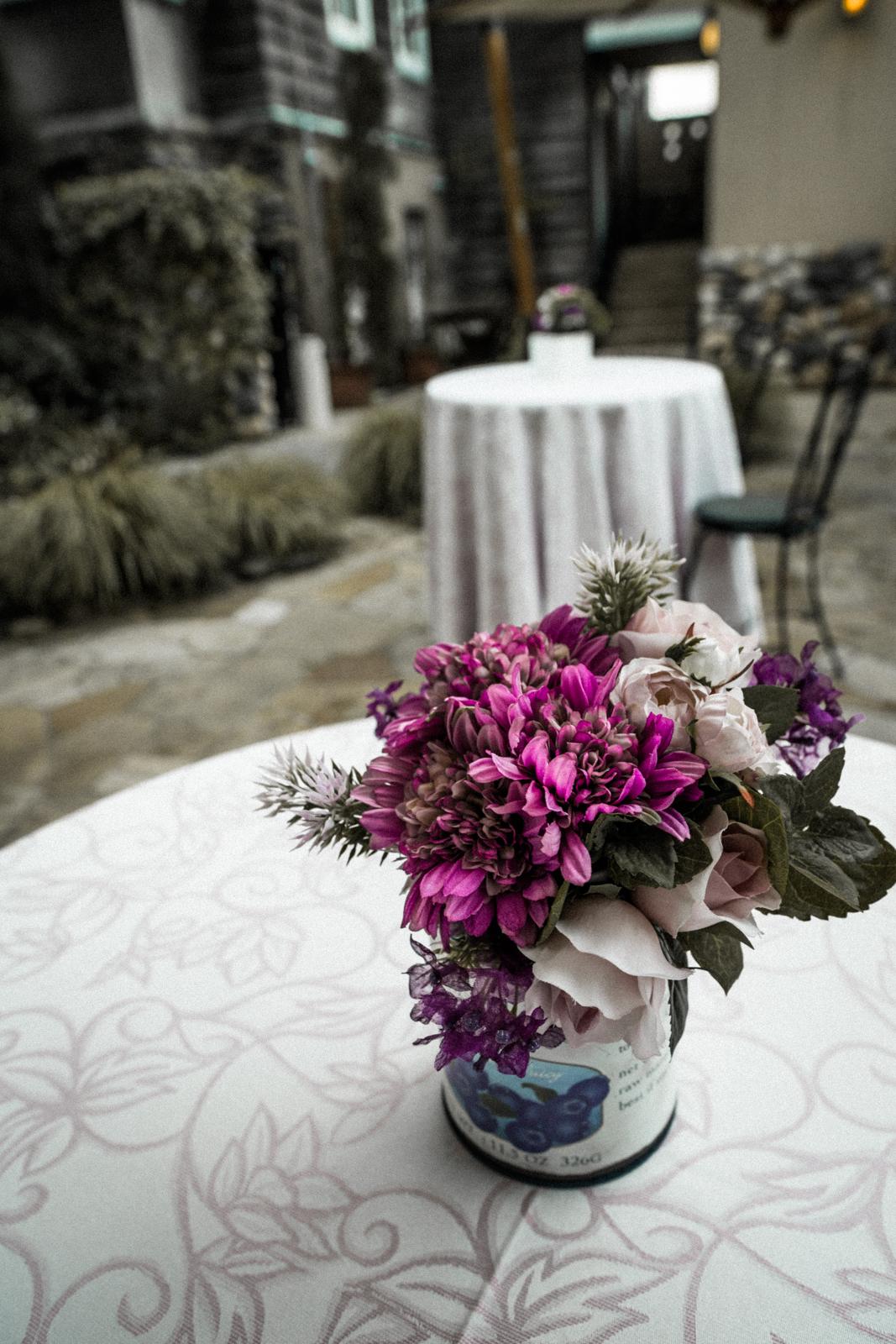 オープンカフェに飾られた造花の写真
