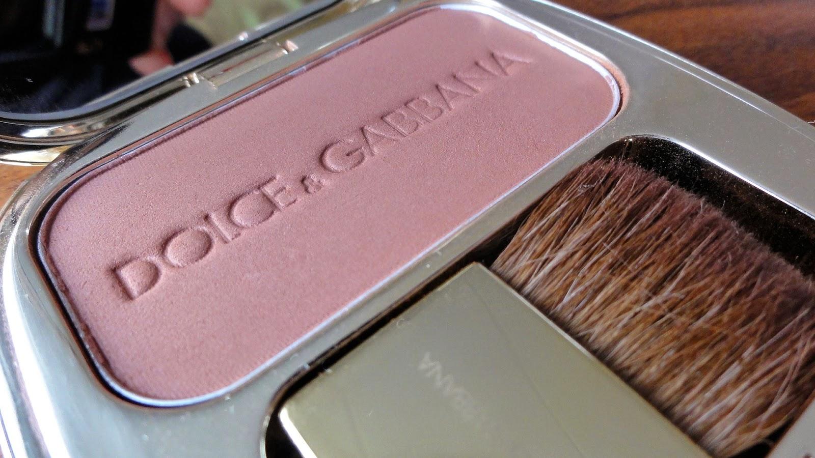 Мне давно хотелось попробовать знаменитые румяна от итальянского бренда dolce&gabbana, и вот свершилось!