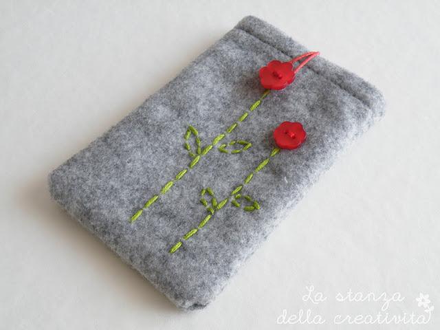 Portacellulare in feltro con bottone rosso a forma di fiorellino