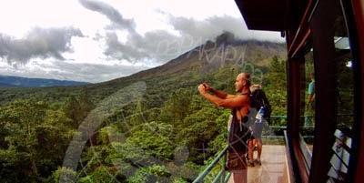 Mirando el Lago Arenal con el volcán de fondo.