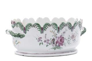Rinfrescatoio è un mastello di forma ovale in ceramica che si utilizza per tener in fresca bevande come vini o lquori.