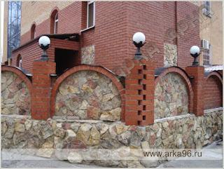 Каменный забор с кирпичными столбами. Фото 11