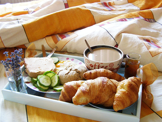 Mic dejun in pat: croissante, oua prajite, dulceata, castraveti, ness cu lapte