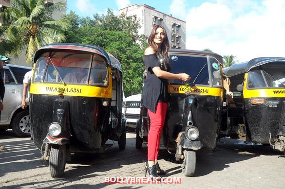 Bipasha Basu promoting raaz 3 with auto rickshaw drivers - (5) - Hot Bipasha Basu promotes 'Raaz 3' with Auto Rickshaw Drivers