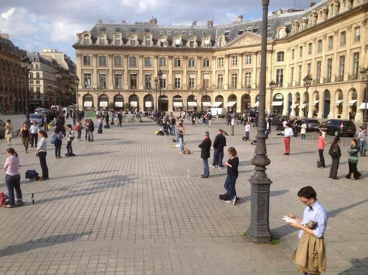 """'Veilleurs debout' na Place Vendôme diante do Ministério da Justiça, de Mme Taubira,  promotora da lei de """"casamento igualitário"""" ou """"casamento homossexual"""""""