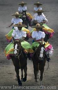 Chico Sánchez, de Andalucía, España, es un fotógrafo profesional que comenzó a documentar las tradiciones de México desde su llegada a la Ciudad de México en 2007, incluyendo el deporte de la escaramuza.