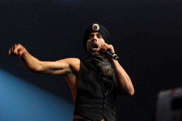 Akshay Kumar performs a dare-devil stunt at IIFA Awards 2008 Still3