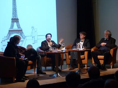 Panel mit fünf Herren (Plantu verdeckt einen deutschen Kollegen) und Eiffelturm als Hintergrund