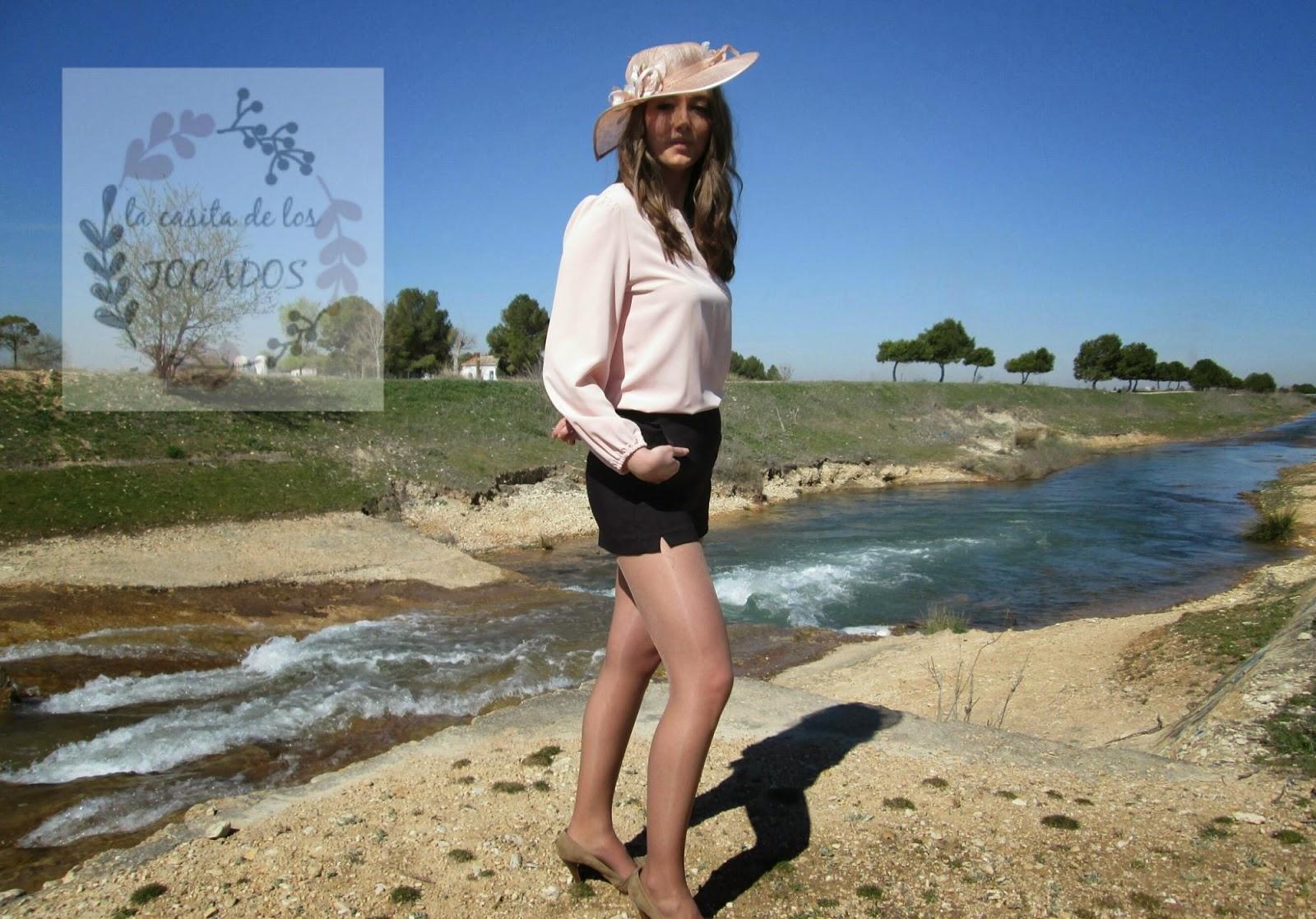 Pamela Perséfone color nude a juego con blusa rosa y pantalón corto negro
