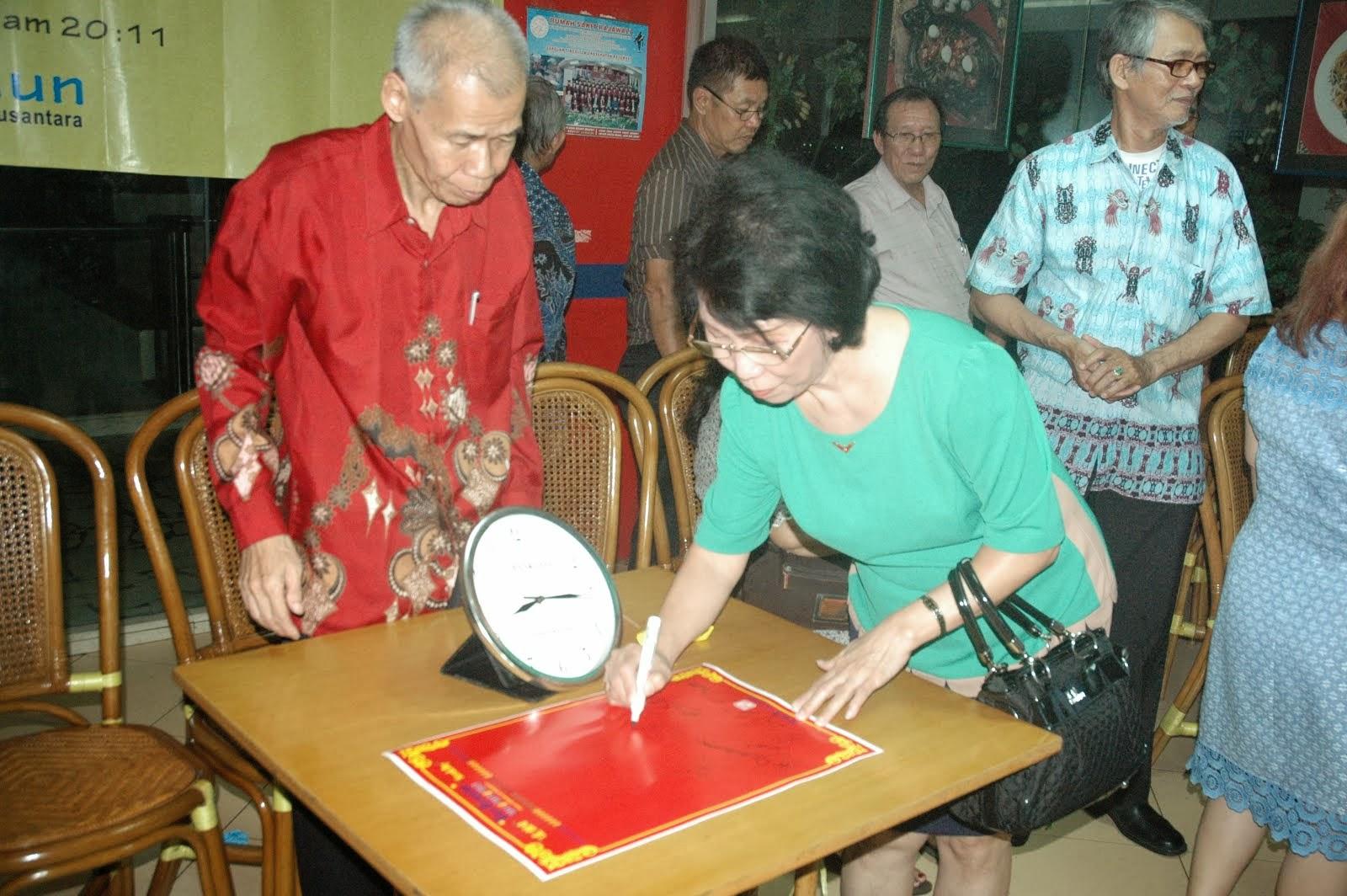 郭珍兰在签宪章纪念书