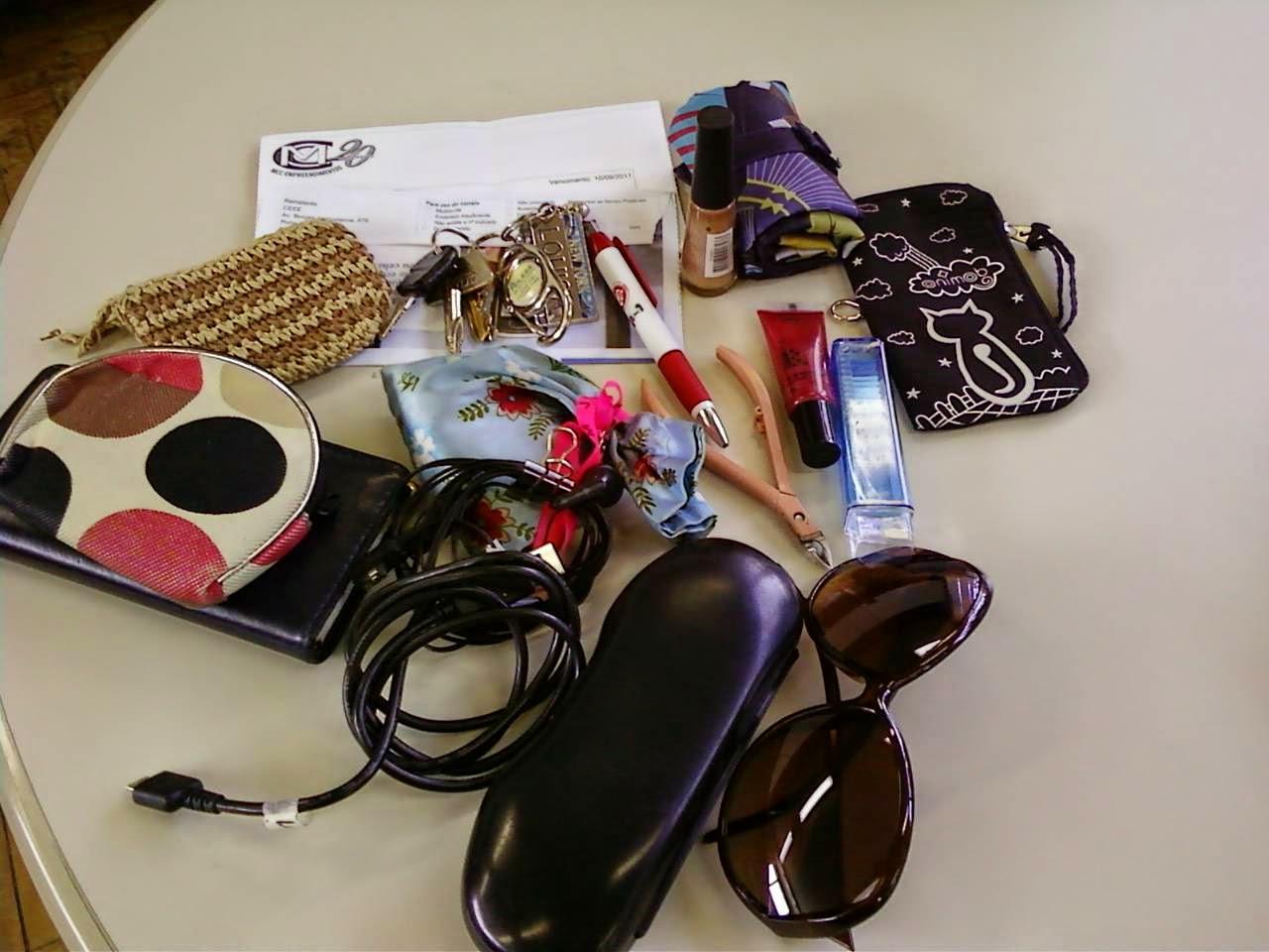 O que as mulheres carregam na bolsa