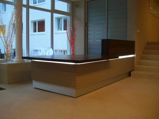colour up your office klassische empfangstheke mit beleuchtung bei comcave. Black Bedroom Furniture Sets. Home Design Ideas