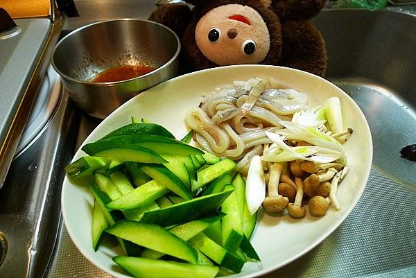 イカとキュウリの梅ダレ炒めの作り方(1)