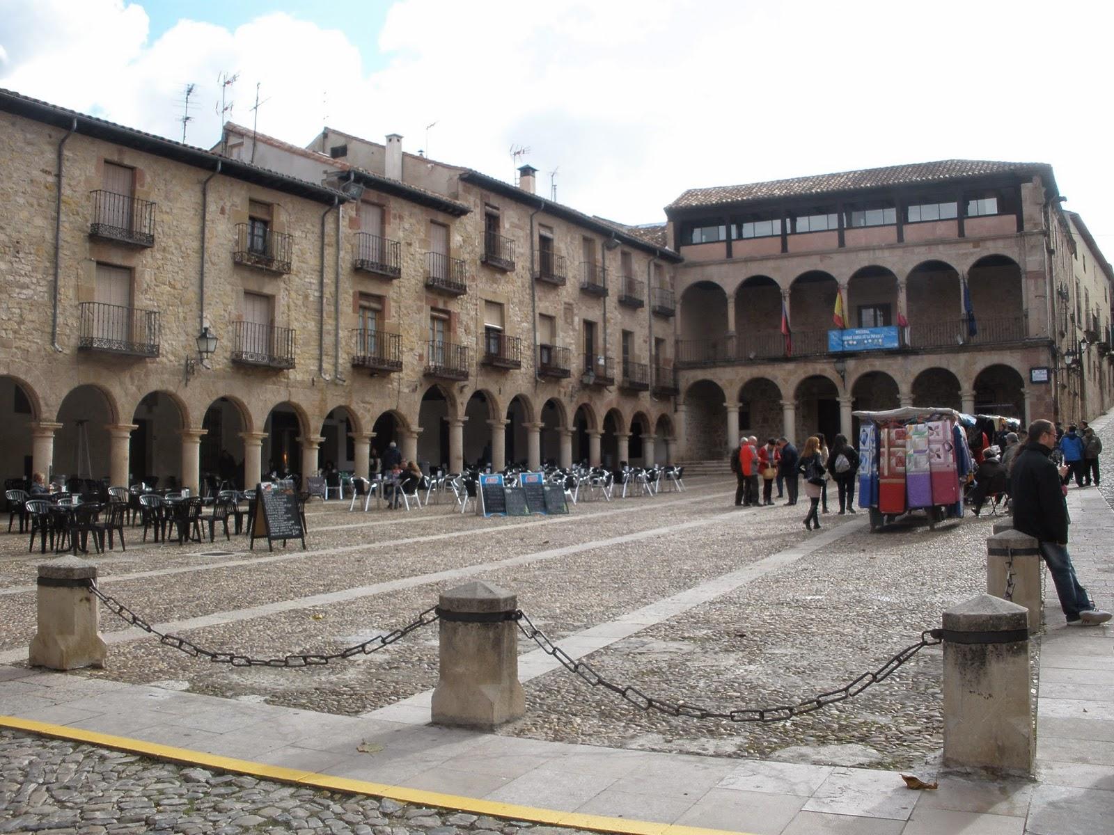 Plaza Mayor de Sigüenza, rectangular y flanqueada por el Ayuntamiento y la Catedral.