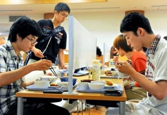Japón instala mesas en las cafeterías para los asociales