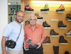 Nello Grossule, fondatorul firmei Gronell, impreuna cu autorul in magazinul firmei