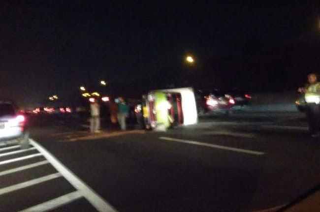 truk terjungkal di tol Cikampek KM 21