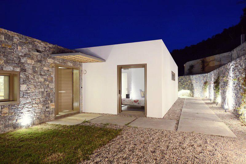 Villa melana moderna casa de campo revestida en piedra for Diseno de casas de campo modernas