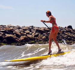 Αγώνες surfing με...ψηλοτάκουνα στο Μπαλί.