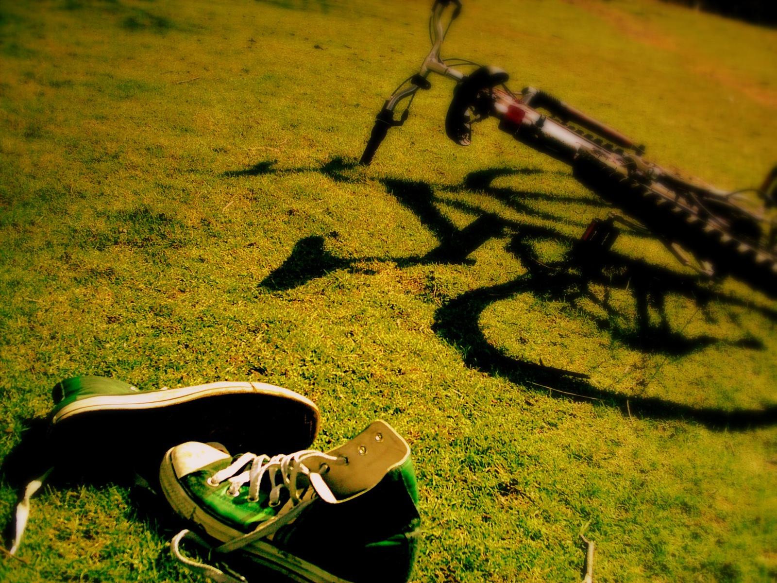 http://3.bp.blogspot.com/-Q-FXpCaL-TE/UBvbX_IlZkI/AAAAAAAAAYo/PzjQABnrzf8/s1600/bike_and_sneakers-1600x1200.jpg