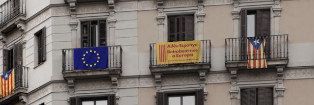 Estelades i banderes als balcons