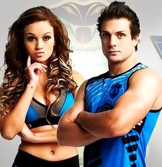 Foto de Angie Arizaga y Nicola Porcella vestidos con el uniforme de las Cobras