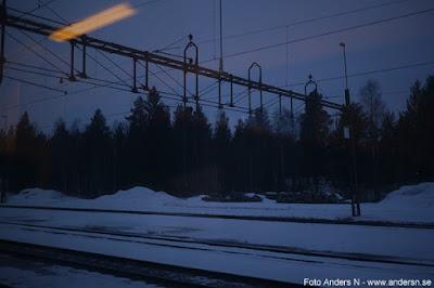 bangård, snö, skog, natt, norrland