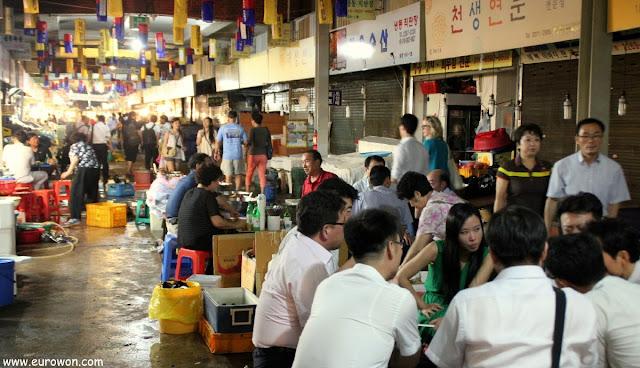 Coreanos comiendo en el mercado Gwangjang de Seúl