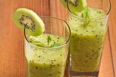 Natural Smoothie of lettuce and kiwi to lose weight