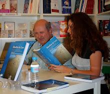 Firmando libros junto a la escritora Rosa Sánchez