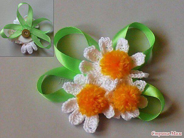 Bouquet crochet para sombrero con cintas verdes de seda