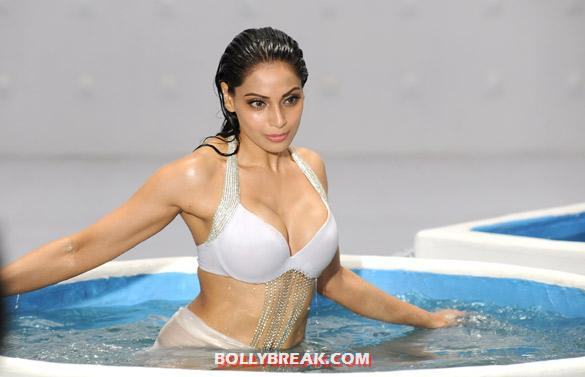 bipasha basu hot body - (4) -  Bipasha from the Kya Raaz Hai song in Raaz 3