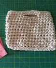 http://sintonnison-crafts.blogspot.com.es/2013/12/tutorial-bolso-de-mano-de-trapillo-con.html