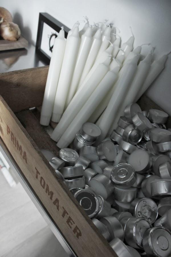 trälåda med stearinljus och värmeljus, gammala låda, i hyllan, förvaring stearinljus, inspiration, interiör, tomatlåda,