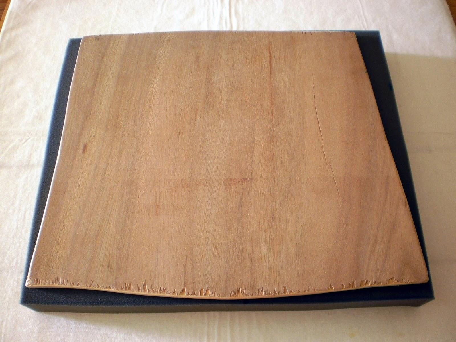 Fundo de madeira e esponja de tamanho similiar. Depois foi só aparar  #6C482D 1600x1200