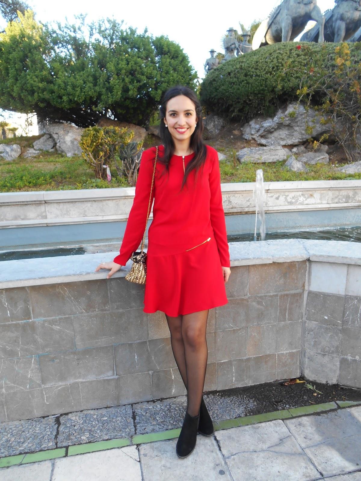 Vestido rojo con botas negras largas