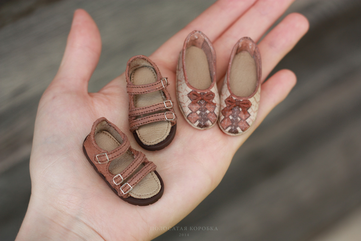 Миниатюрные сандалии для куклы