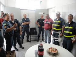 POLICIAIS EM MOMENTO DE CONFRATERNIZAÇÃO