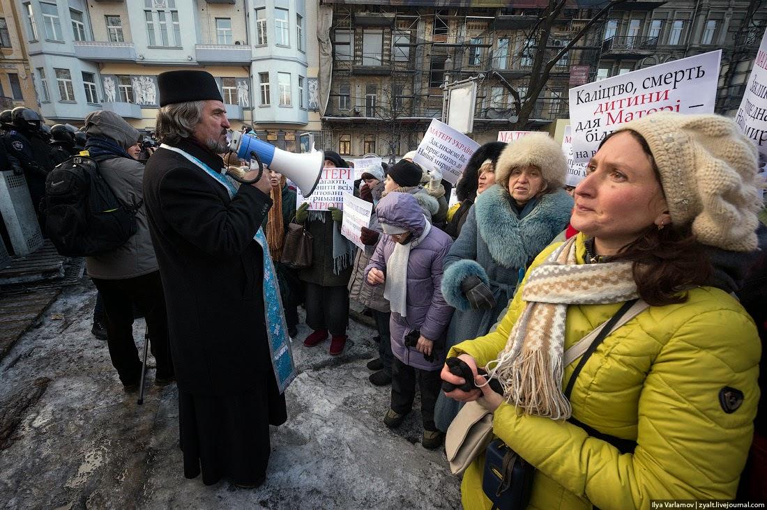 03. Священники договорились, что к милиции и Беркуту подойдут женщины с плакатами, чтобы провести митинг. Им выделили 30 минут.