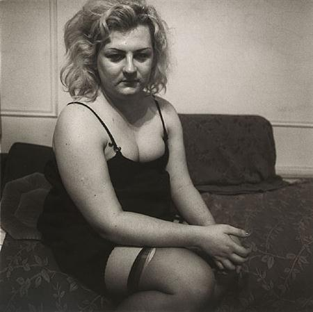 diane arbus Transvestite with torn stocking, N.Y.C. (1966)