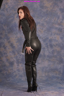 Firm Round Ass in Leather and Thigh Boots