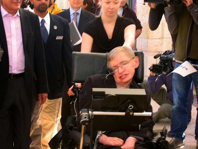 El físico Stephen Hawking —quizá el paciente más famoso de esclerosis lateral amiotrófica— de camino a una conferencia en Jerusalén en 2006.