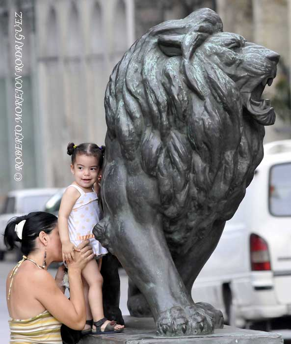 Una madre juega con su niña en el Paseo de Martí (Prado) en La Habana, Cuba, el 27 de junio de 2013.
