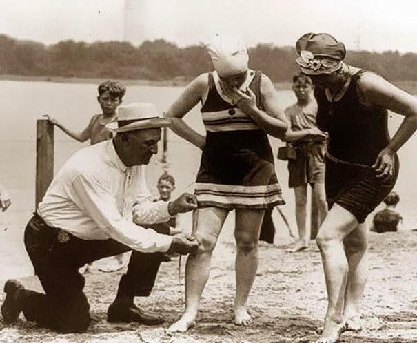 Измерение купальных костюмов – если бы они были слишком коротки, женщины, были бы оштрафованы, 1920 г.