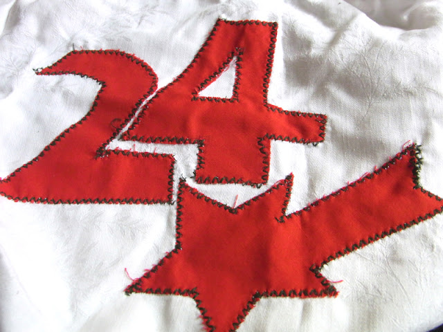 weiße Adventstasche mit Zahl und Stern, aus Damast-Bettwäsche selbst gemacht