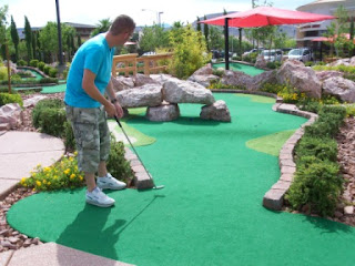 Minigolf in Las Vegas - Richard Gottfried putts under a rock at The Putt Park