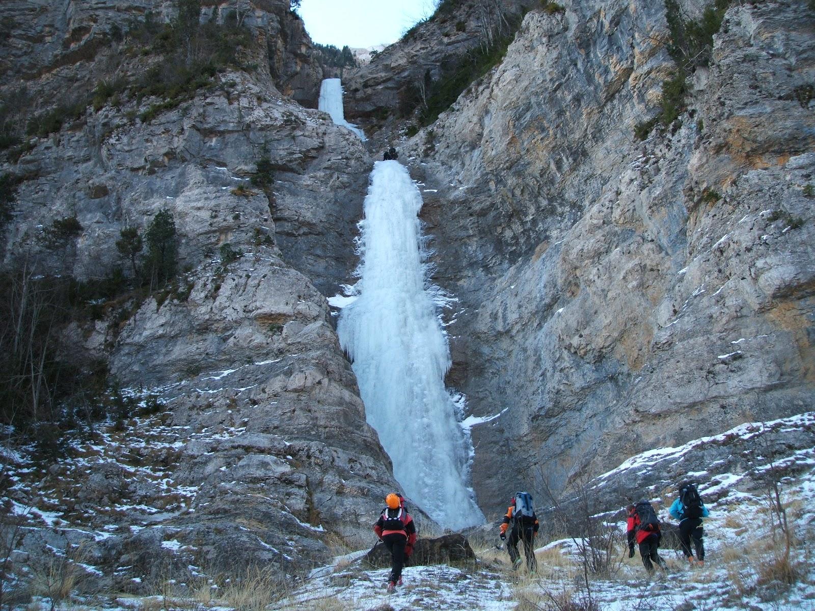 Guara vertical cascada de la sarra hielo en pineta for Cascada par